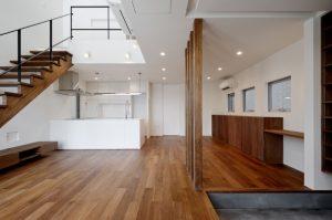 西東京の家 リビング|スリット階段|土間|吹抜